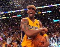Баскетбольный клуб Los Angeles Lakers вывел из обращения оба номера Коби Брайанта