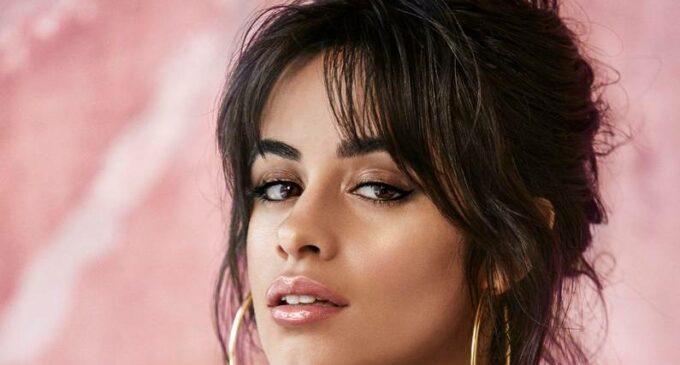 Camila Cabello сжигает особняк в новом клипе «Liar»