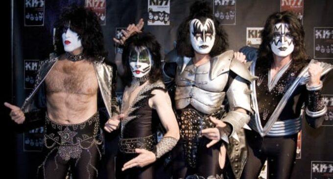 Главное, чтобы не скучно было! Группа Kiss даст концерт для акул.