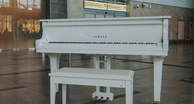 В красноярском аэропорту установили рояль в честь Хворостовского