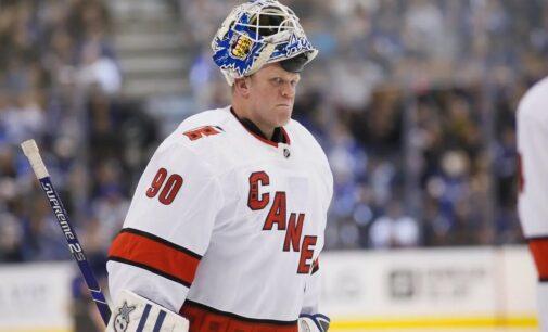 Про спорт. Заливщик льда вышел на замену вратаря во время матча НХЛ и принес победу команде