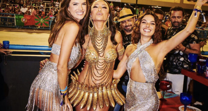 Новости бразильского карнавала. Модель Victoria's Secret вышла в свет в просвечивающем белье из цепей