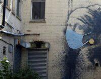 Искусство в наше время. К граффити Бэнкси дорисовали медицинскую маску