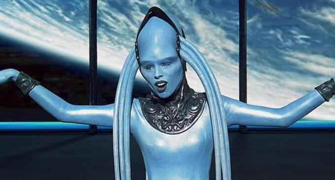 Интересное из мира кинематографа. Как выглядит без грима актриса, исполнившая роль Плавалагуны в фильме «Пятый элемент»
