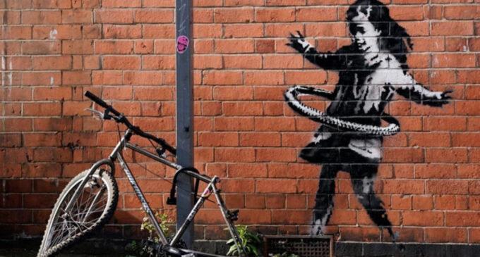 Современное искусство. В Великобритании появилось новое граффити Бэнкси — девочка с обручем