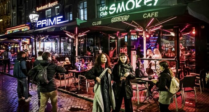 Про путешествия. Власти Амстердама хотят запретить туристам марихуану в кофешопах