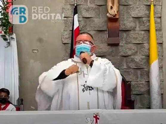 """Священник во время службы спел песню о пользе """"санитарной маски"""""""