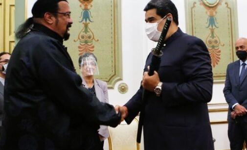 Необычные новости. Стивен Сигал подарил меч самурая президенту Венесуэлы