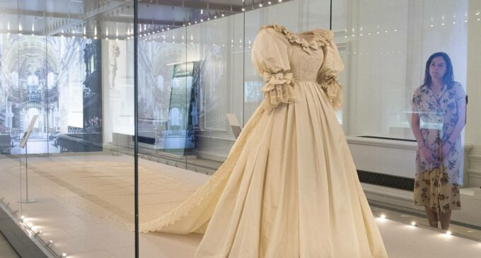Модные новости. В Лондоне открылась выставка со свадебным платьем принцессы Дианы