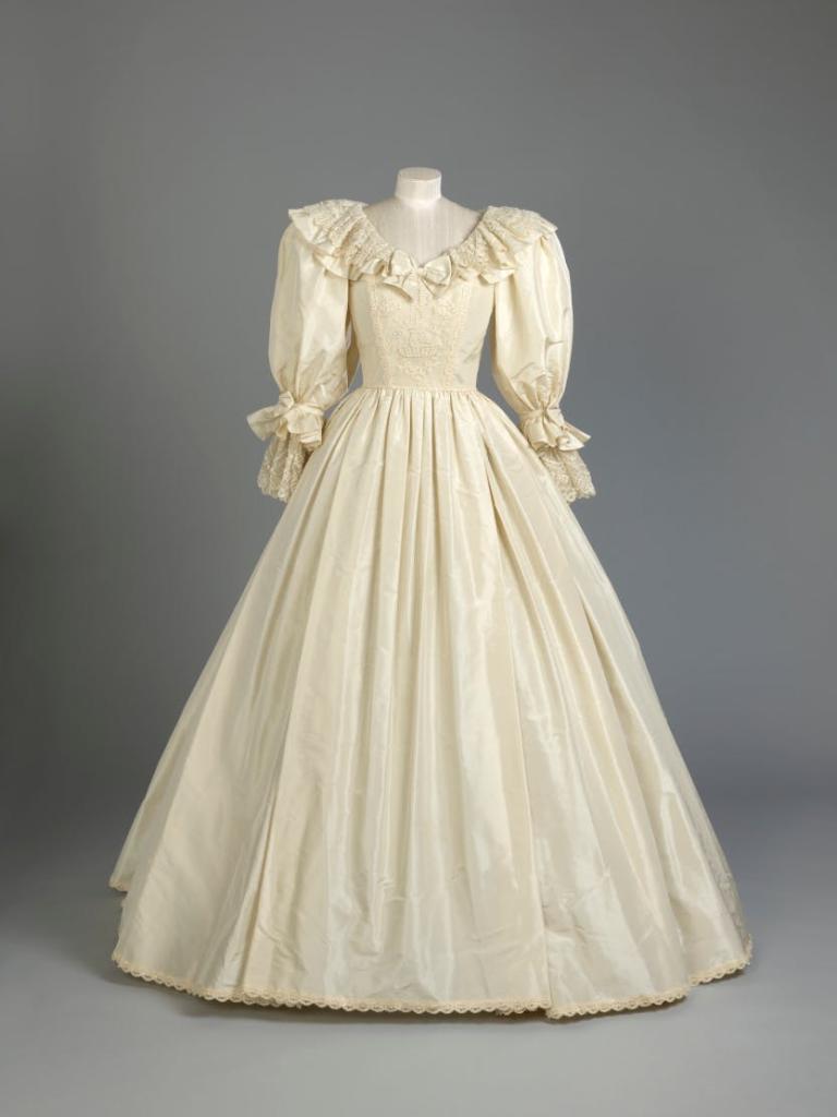 В Лондоне открылась выставка со свадебным платьем принцессы Дианы