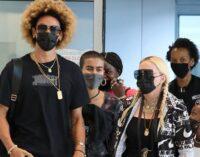 Новости шоубизнеса. Мадонна с бойфрендом и детьми прилетела в Нью-Йорк, чтобы отпраздновать свой день рождения