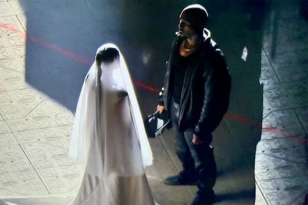 Ким Кардашьян вышла на сцену во время концерта Канье Уэста в свадебном платье
