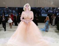 В мире моды. Билли Айлиш вышла на Met Gala в платье Oscar de la Renta при условии, что бренд откажется от меха